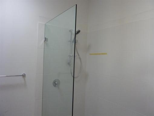 Frameless shower screen in.